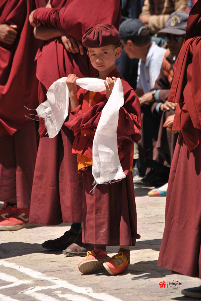 Little monk with the welcome cloth waiting